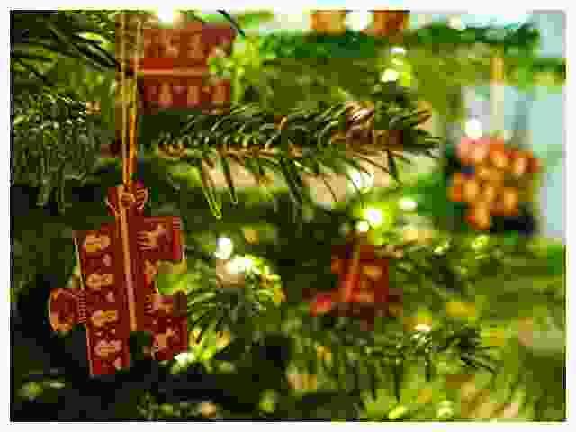 Décorer le sapin de Noël avec des pièces de puzzle